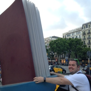 2015 06-15 Barcelona Reading Statue 1